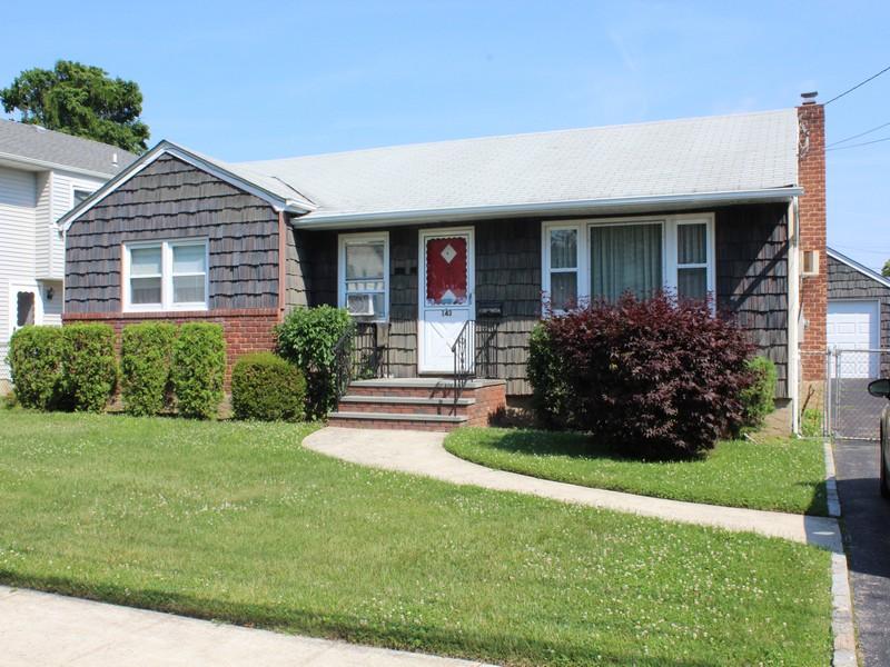 Casa para uma família para Venda às Ranch 143 9th St Hicksville, Nova York 11801 Estados Unidos