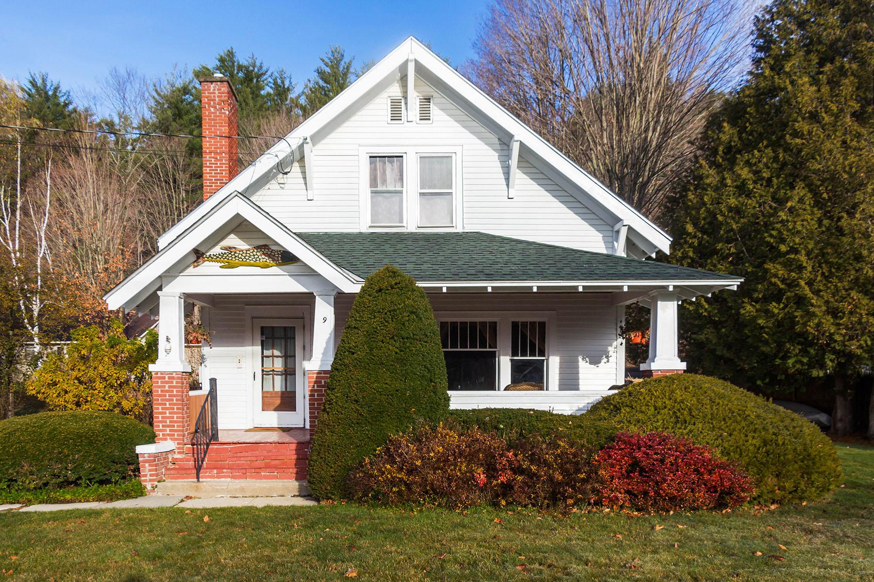 独户住宅 为 销售 在 Charming Adirondack Bungalow 9 Market St 荷里康, 纽约州 12815 美国