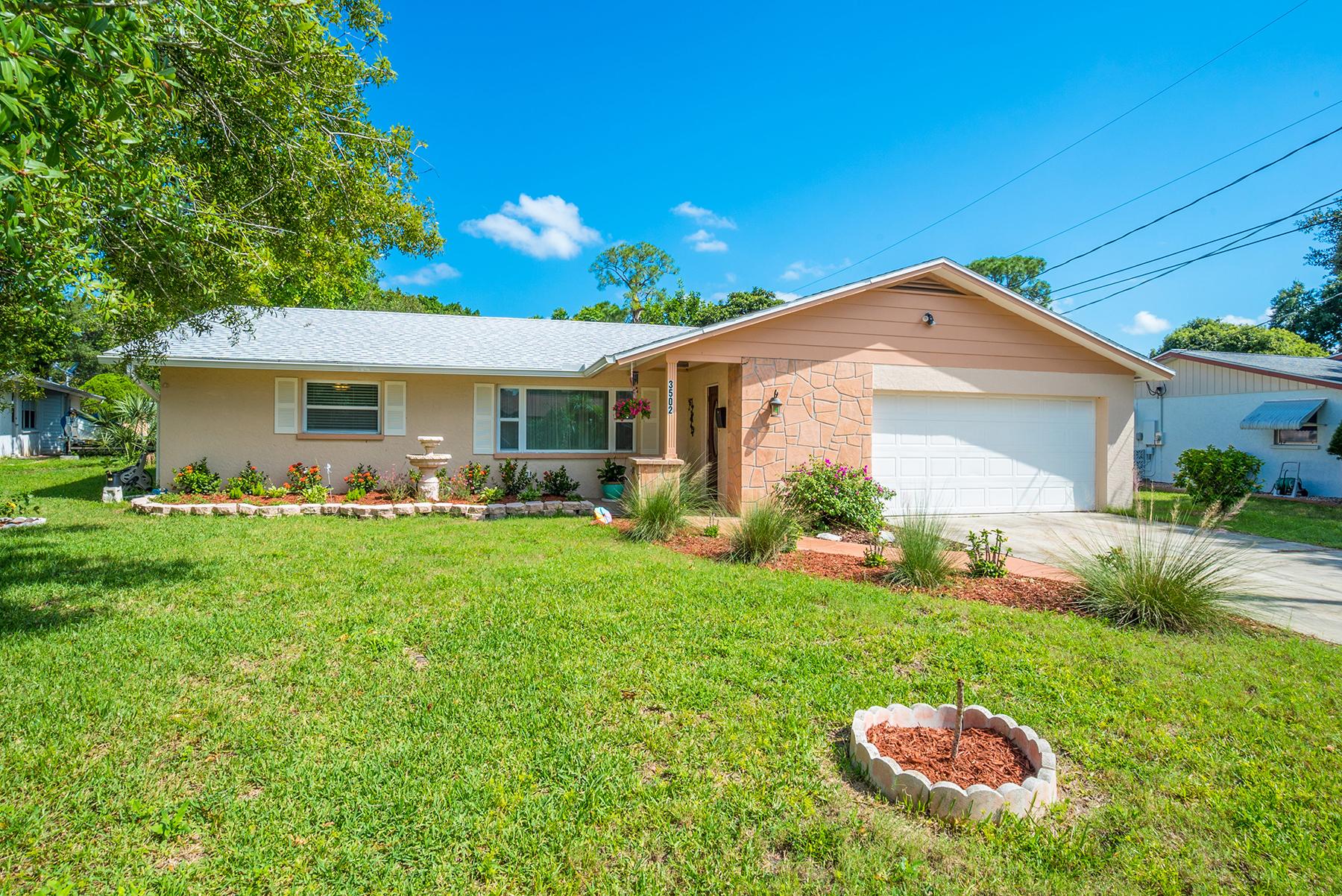 Casa Unifamiliar por un Venta en COUNTRY CLUB HEIGHTS 3502 18th Avenue Dr W Bradenton, Florida, 34205 Estados Unidos