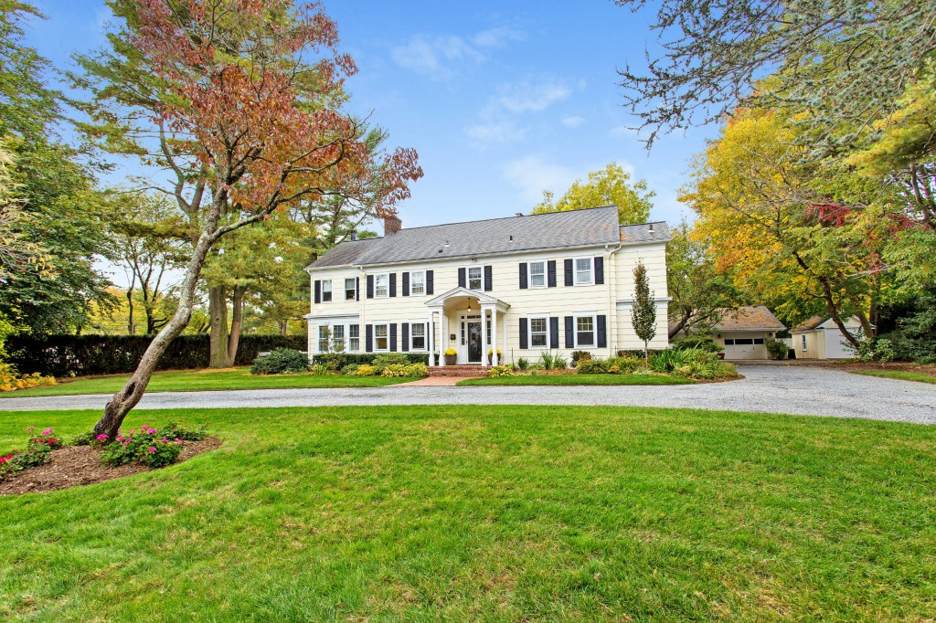 獨棟家庭住宅 為 出售 在 Colonial 6 Creskill Pl Huntington, 紐約州 11743 美國