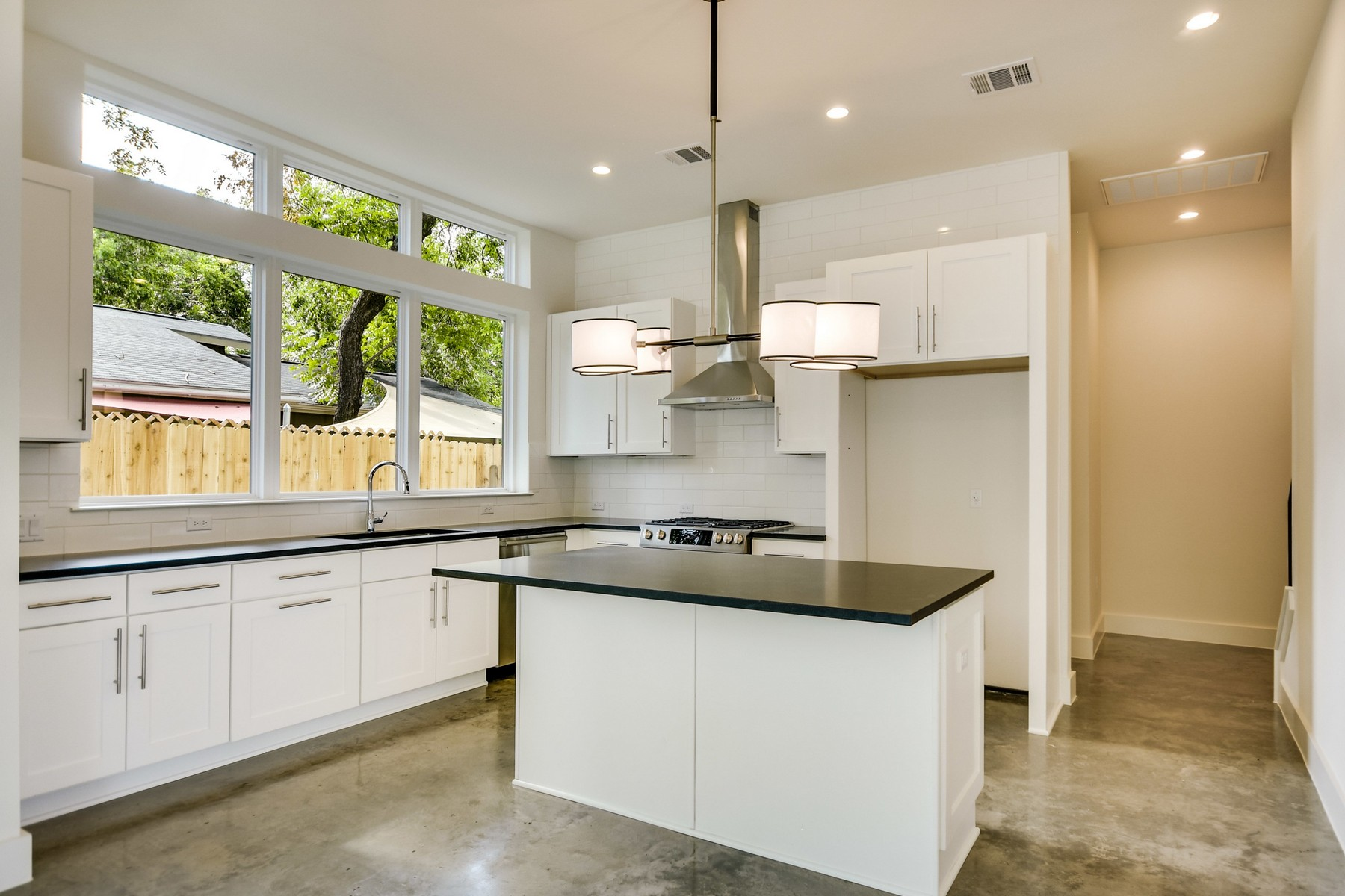 Additional photo for property listing at Beautiful New Construction in Crestview 1919 Madison Ave A Austin, Texas 78757 Estados Unidos
