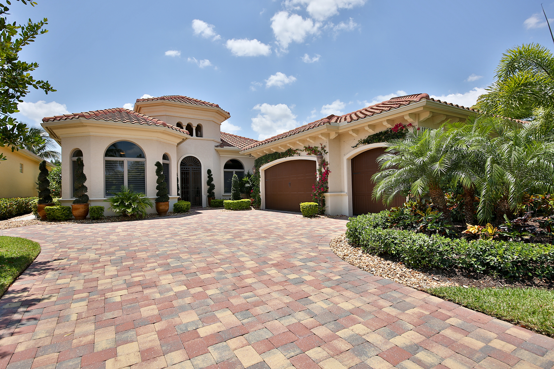 Casa Unifamiliar por un Venta en CAPRINI at MIROMAR LAKES BEACH AND GOLF CLUB 18291 Via Caprini Dr Miromar Lakes, Florida, 33913 Estados Unidos