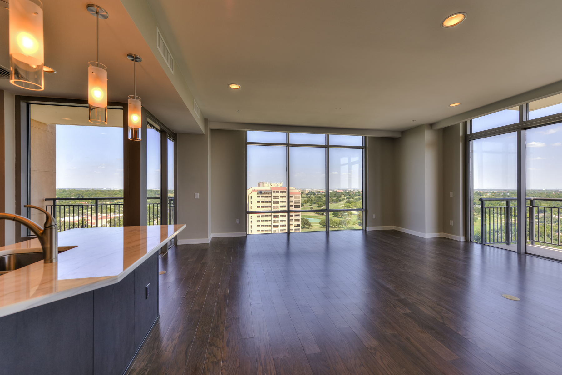 共管物業 為 出售 在 Luxury Living at The Broadway 4242 Broadway St 1701 San Antonio, 德克薩斯州 78209 美國