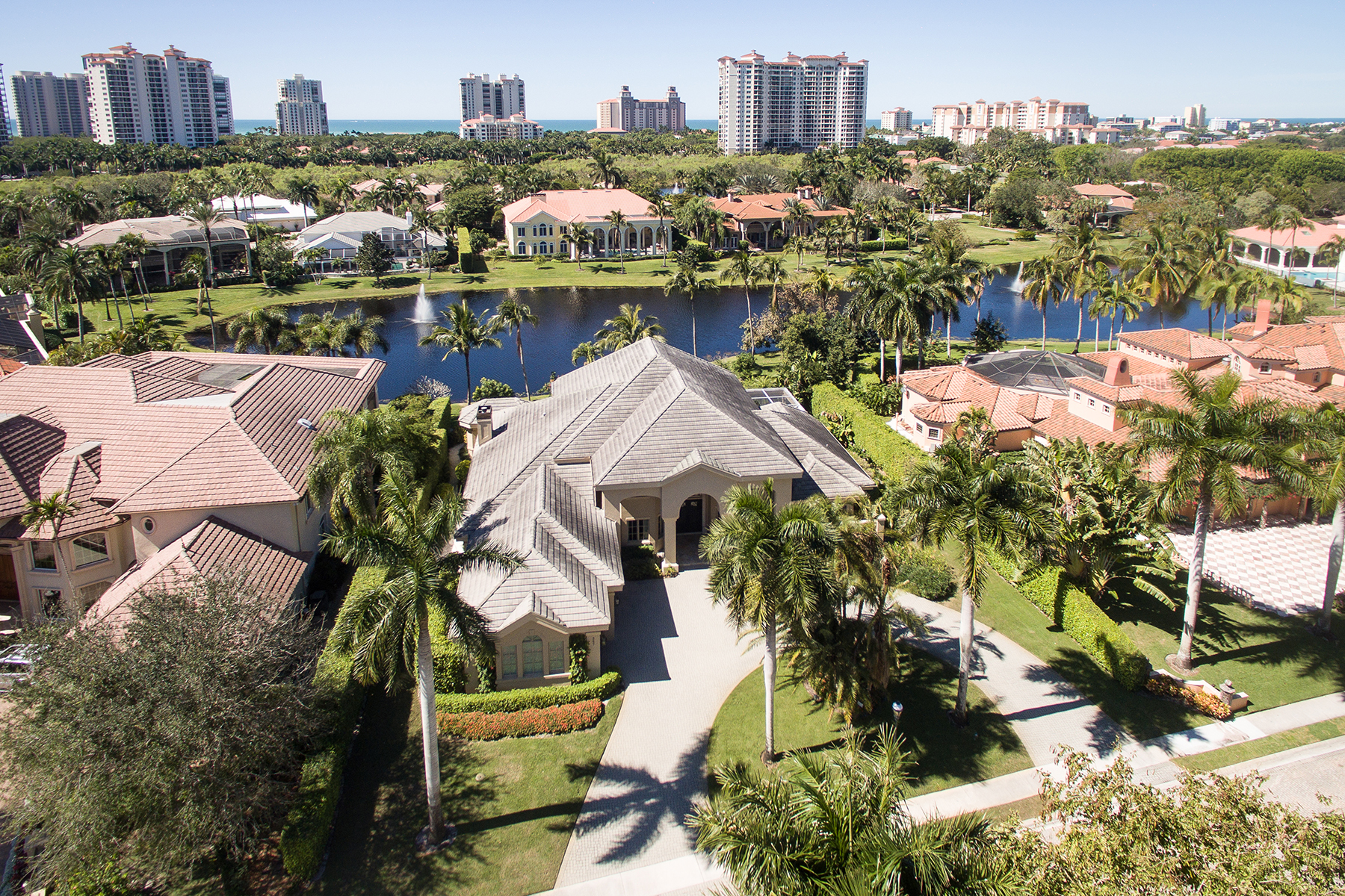 Moradia para Venda às PELICAN BAY - BAY COLONY SHORES 367 Colony Dr Naples, Florida, 34108 Estados Unidos