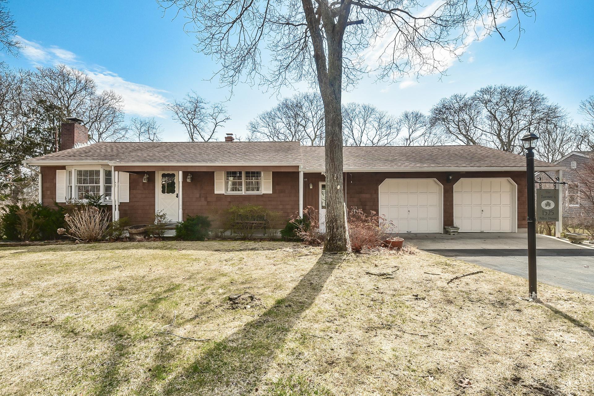 단독 가정 주택 용 매매 에 Ranch 1525 Albo Dr Laurel, 뉴욕, 11948 미국