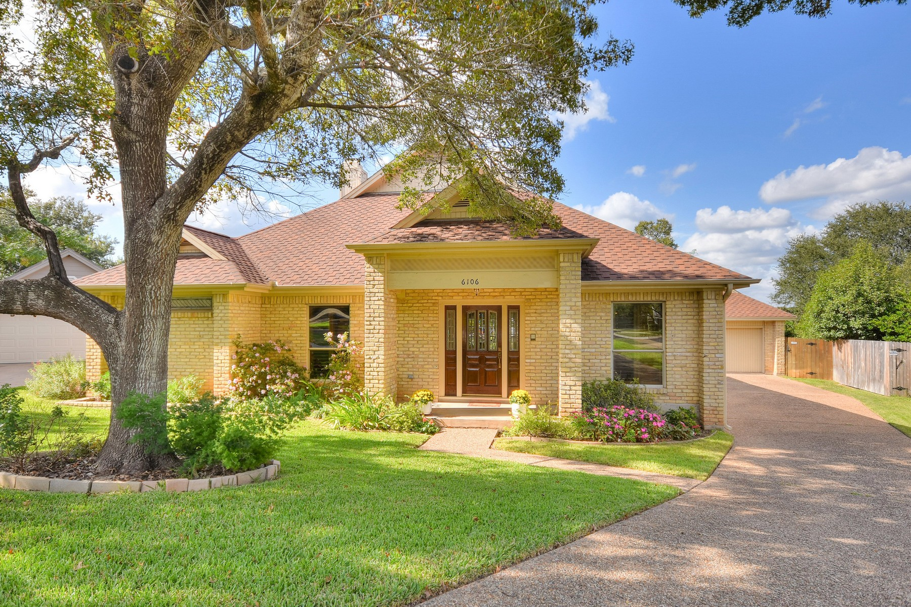 Single Family Home for Sale at Wonderful Home on Davenport Cul-de-sac 6106 Nashua Ct Austin, Texas 78746 United States