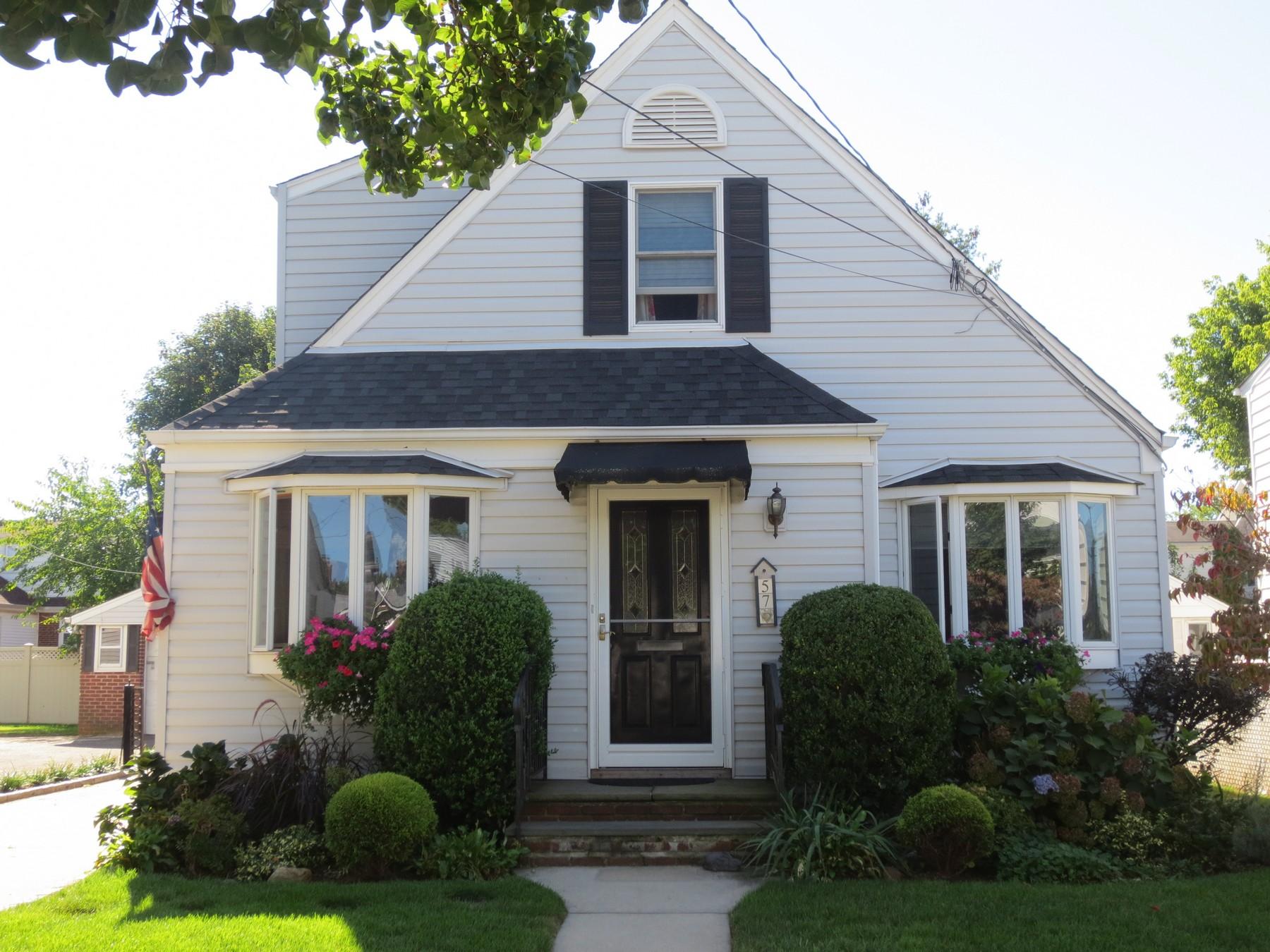 Einfamilienhaus für Verkauf beim Cape 57 Brown St Mineola, New York 11501 Vereinigte Staaten