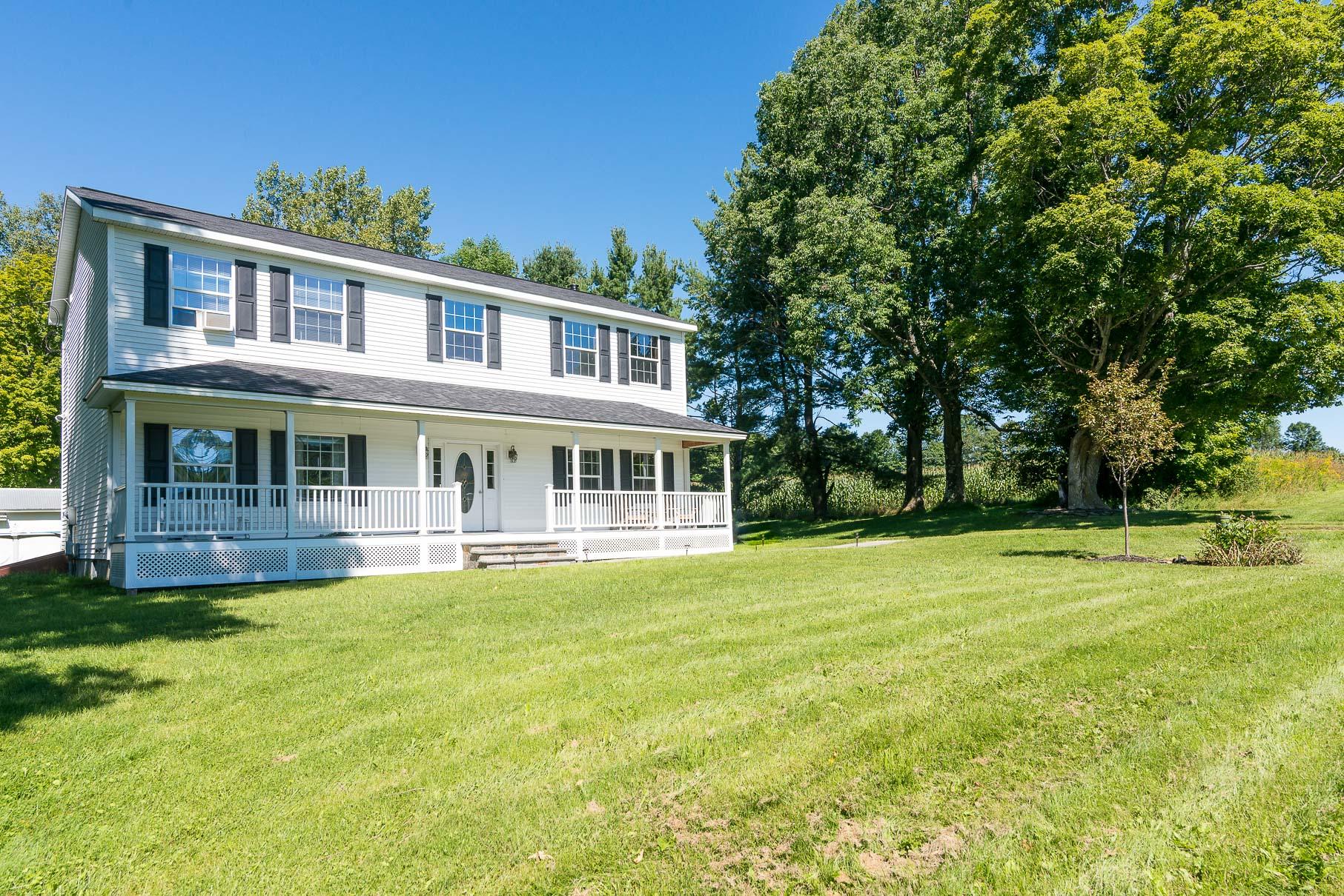独户住宅 为 销售 在 Newer Colonial in Quintessential Country Location 3869 Brook Rd 丹比, 佛蒙特州 05739 美国
