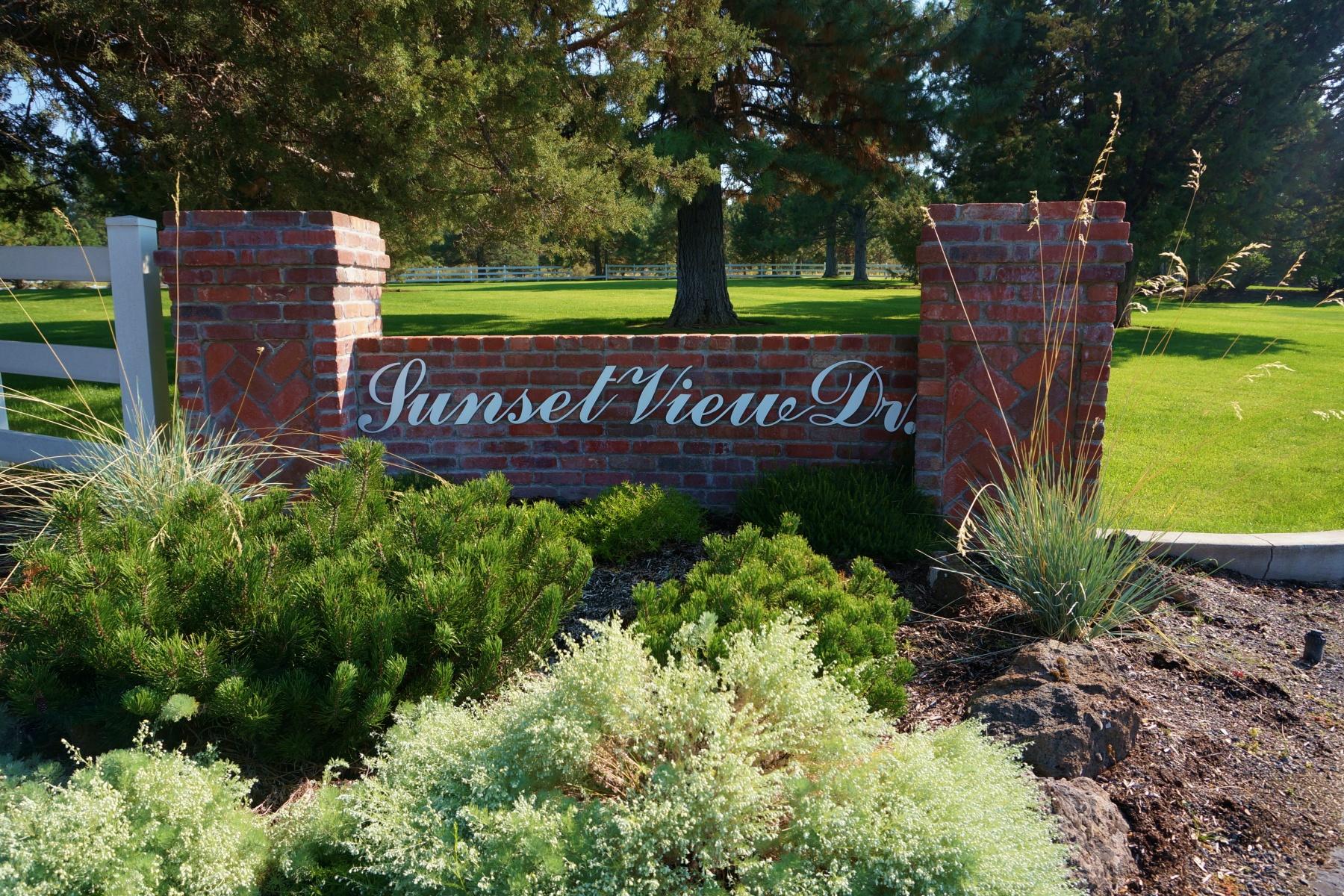 Terrain pour l Vente à Large View Lot in Gated Community 60279 Sunset View Dr Bend, Oregon, 97702 États-Unis