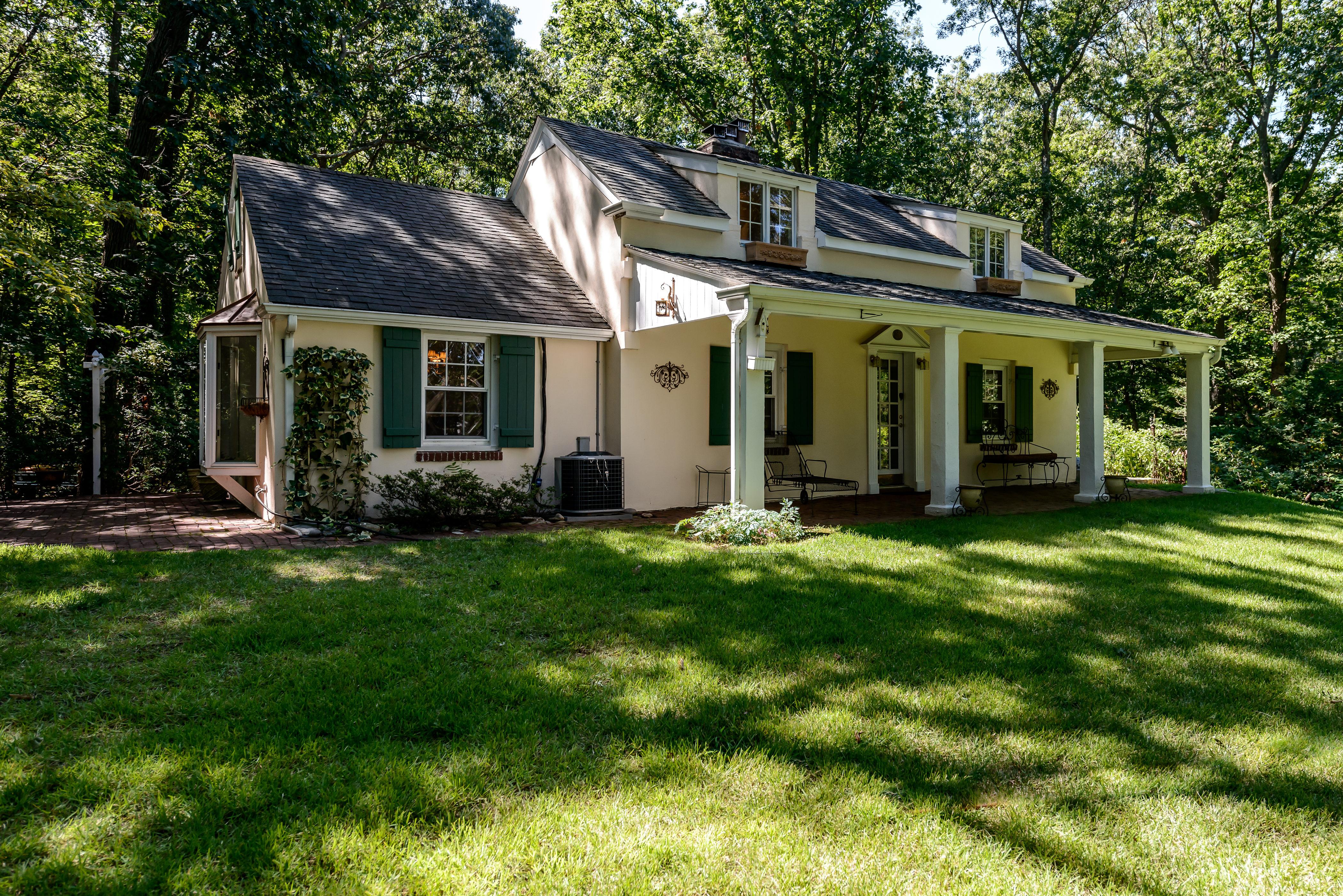 Nhà ở một gia đình vì Bán tại French style Tudor 30 Forrest Dr Lloyd Neck, New York, 11743 Hoa Kỳ