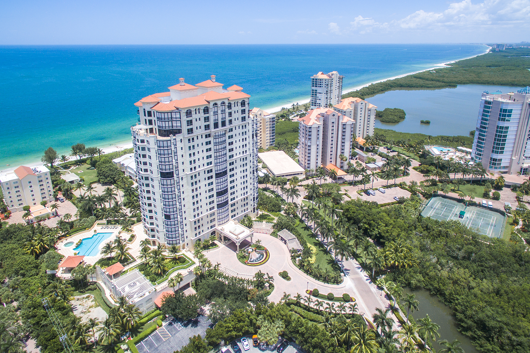 Condominio por un Venta en NAPLES CAY - SEASONS 81 Seagate Dr PH2001 Naples, Florida, 34103 Estados Unidos