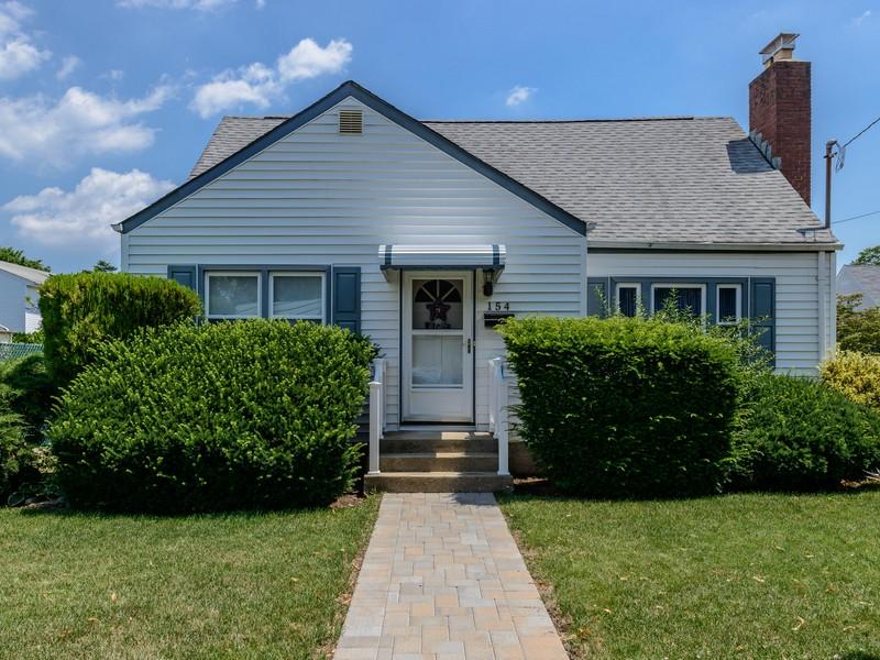 Einfamilienhaus für Verkauf beim Cape 154 Saville Rd Mineola, New York, 11501 Vereinigte Staaten