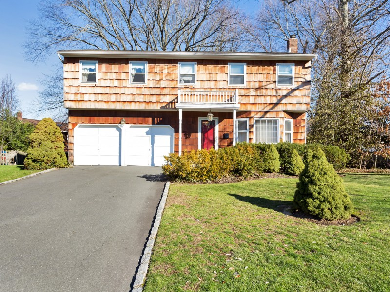 Single Family Home for Sale at Colonial 8 Keel Ct Oyster Bay, New York 11771 United States