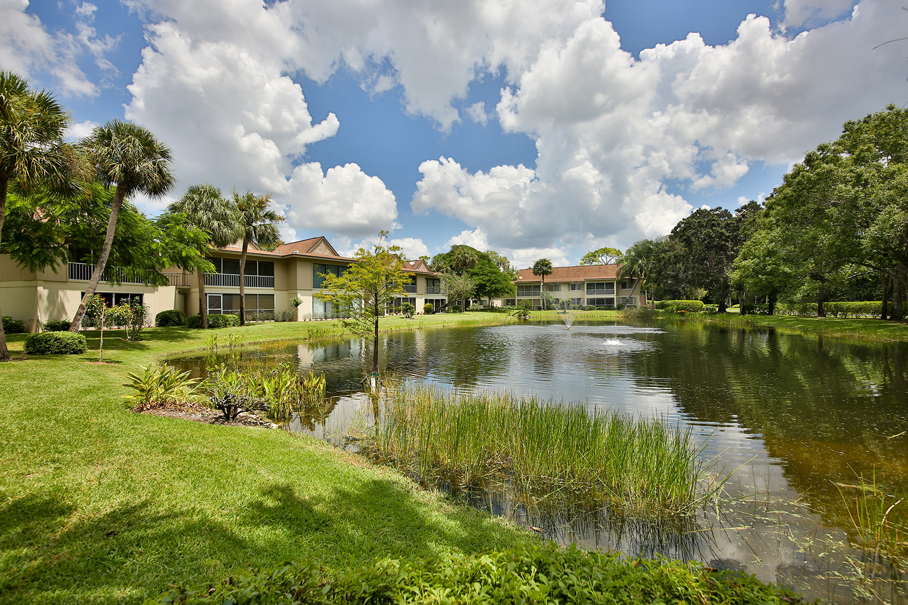 콘도미니엄 용 매매 에 NAPLES BATH AND TENNIS CLUB 2 Bobolink Ct 2A Naples, 플로리다, 34105 미국