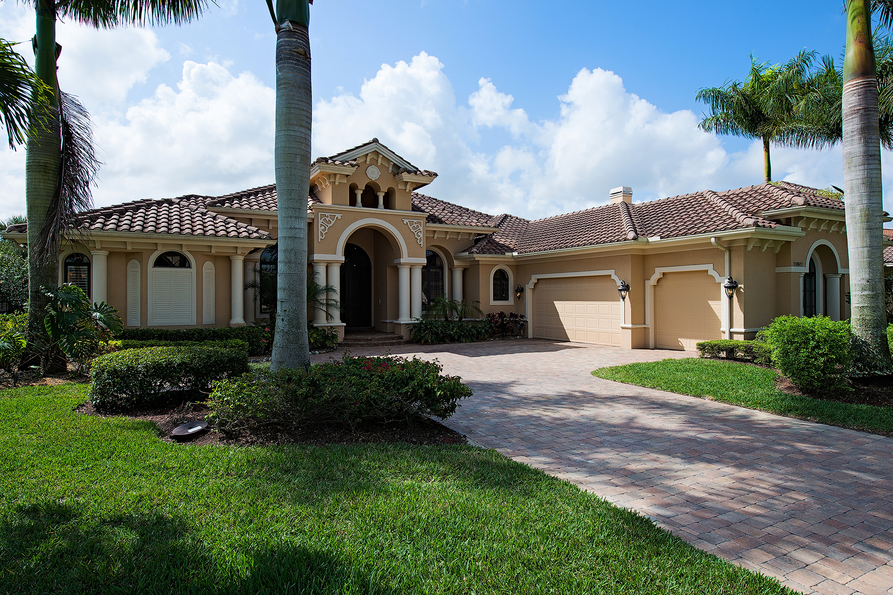 Vivienda unifamiliar por un Venta en TWIN EAGLES-TWIN EAGLES 11892 Hedgestone Ct Naples, Florida 34120 Estados Unidos