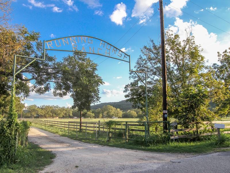 Granjas / Hacienda / Platanción por un Venta en Majestic Retreat in Concan 308 County Road 350 Concan, Texas 78838 Estados Unidos
