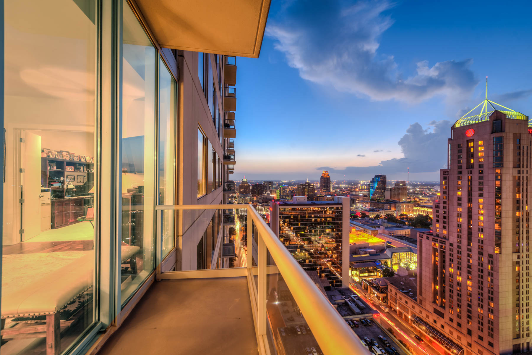 Additional photo for property listing at Live Above the City at the Alteza 610 E Market St 2716 San Antonio, Texas 78205 Estados Unidos