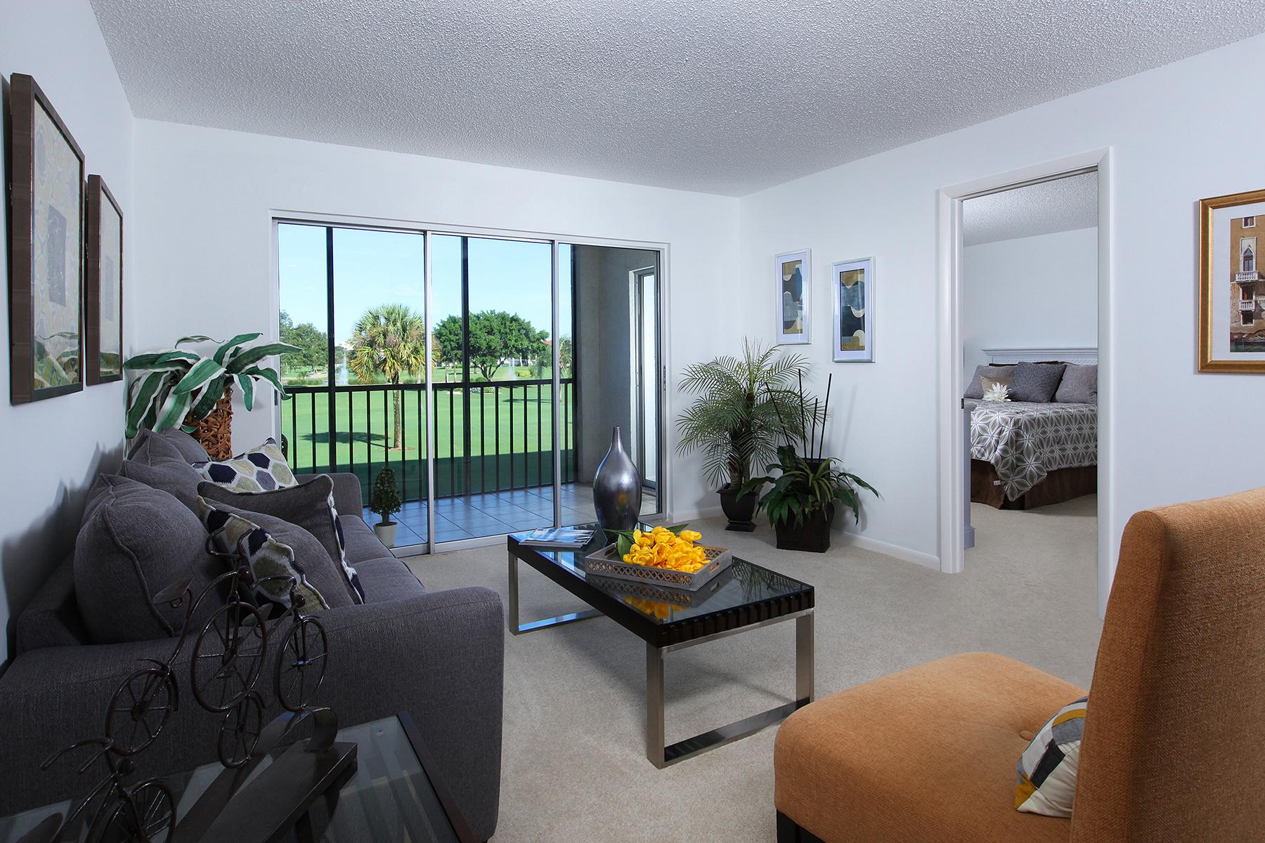 Condominio por un Venta en Naples 37 High Point Cir E 203 Naples, Florida, 34103 Estados Unidos
