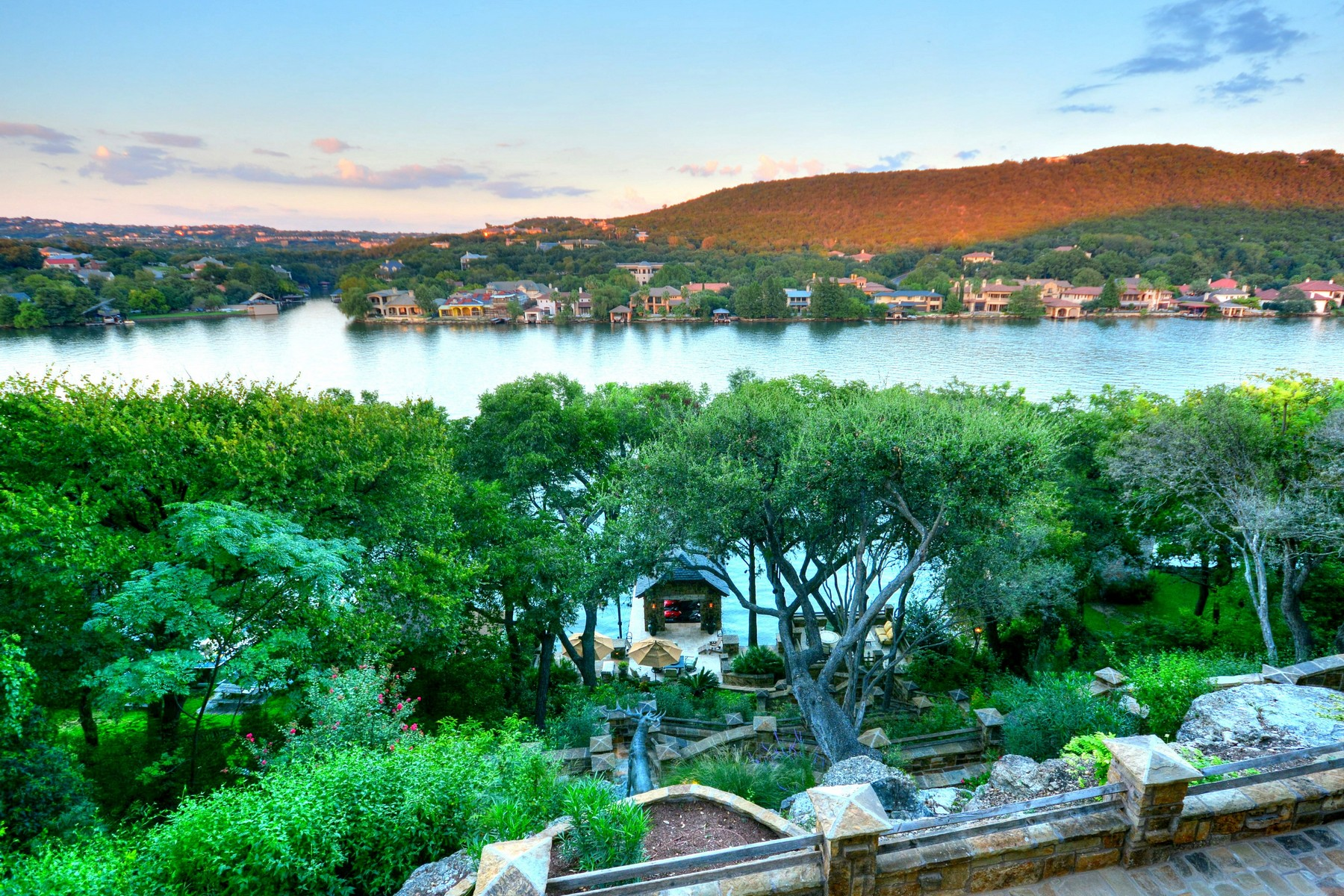 Villa per Vendita alle ore Beautifully Remodeled Lake Austin Waterfront 3961 Westlake Dr Austin, Texas 78746 Stati Uniti