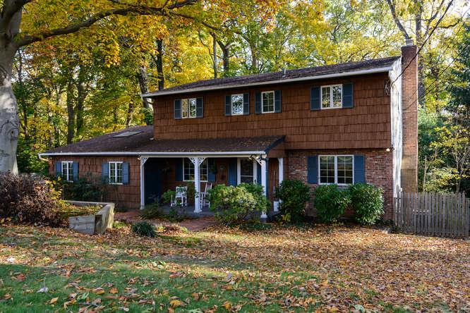 Vivienda unifamiliar por un Venta en Colonial 66 Sugar Maple Ln Glen Cove, Nueva York, 11542 Estados Unidos
