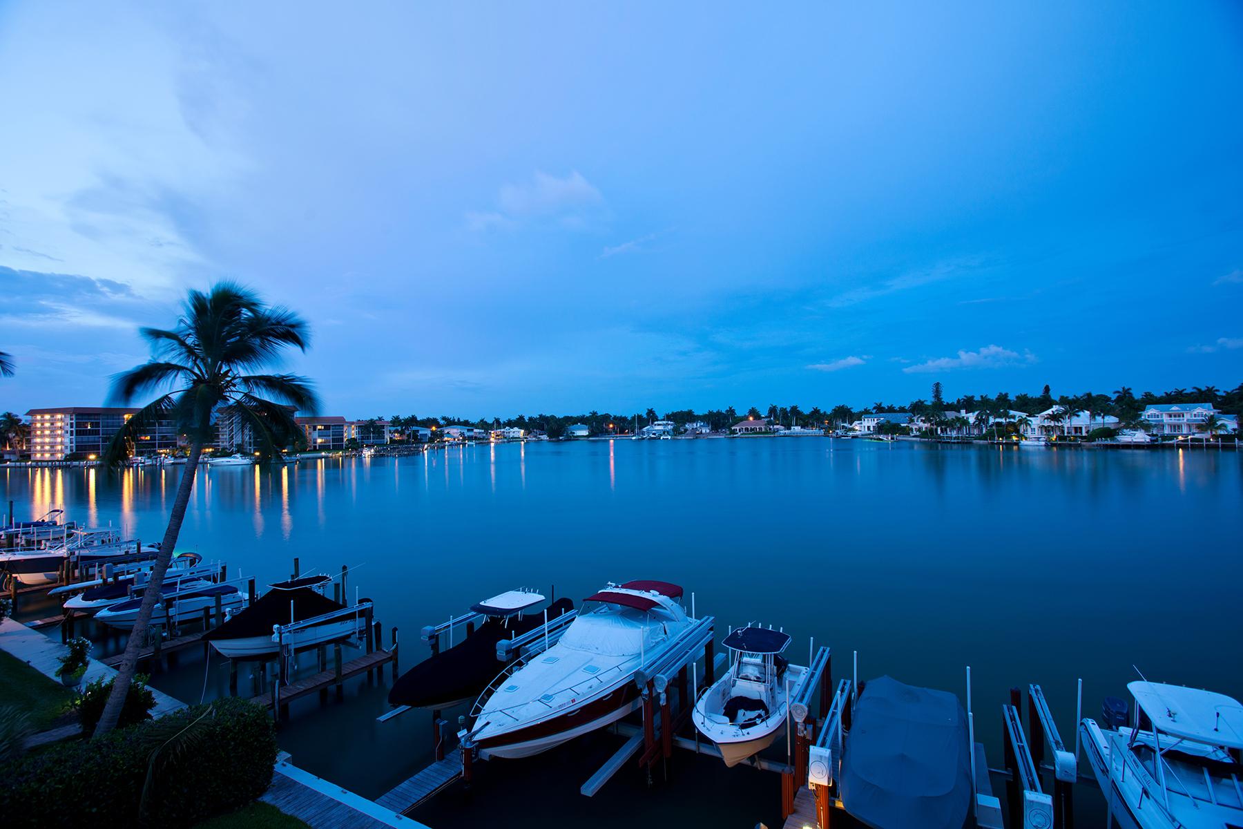 Appartement en copropriété pour l Vente à THE MOORINGS - WINDEMERE CONDOMINIUM 2650 Gulf Shore Blvd N 201 Naples, Florida 34103 États-Unis