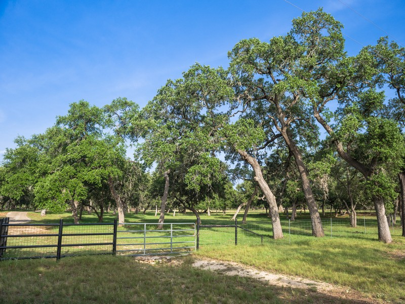 Additional photo for property listing at 100+-  AC. Kendall County, Welfare-Waring, TX 41 Violet Pass Boerne, Texas 78006 Estados Unidos