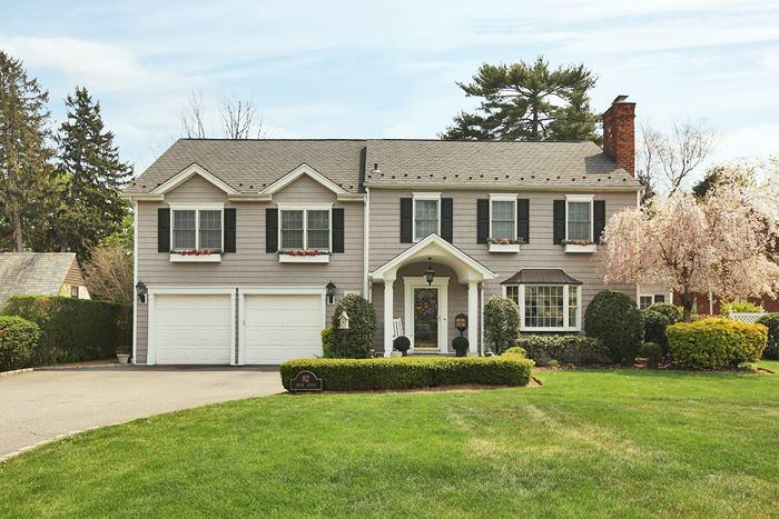 Villa per Vendita alle ore Colonial 82 Brook St Garden City, New York 11530 Stati Uniti