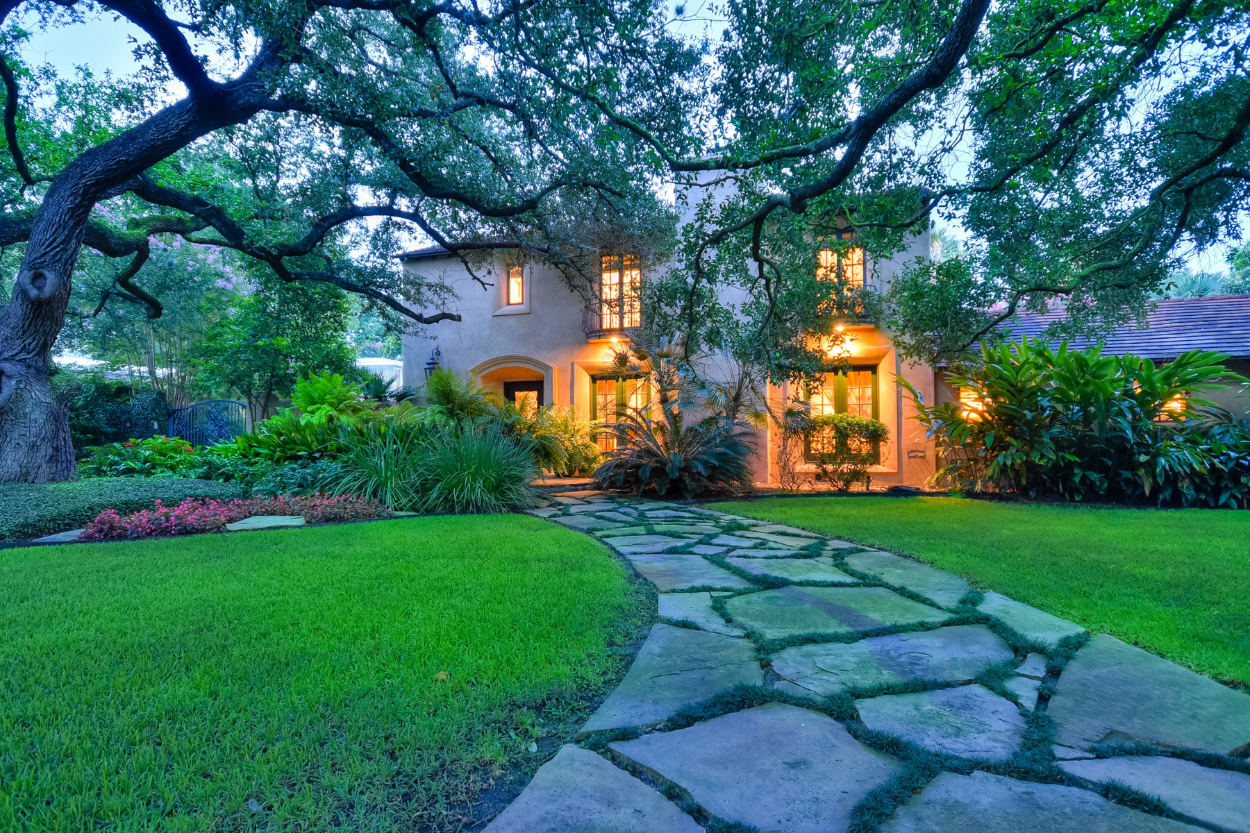 Casa Unifamiliar por un Venta en Magnificent Terrell Hills Estate 114 Gatewood Ct San Antonio, Texas, 78209 Estados Unidos