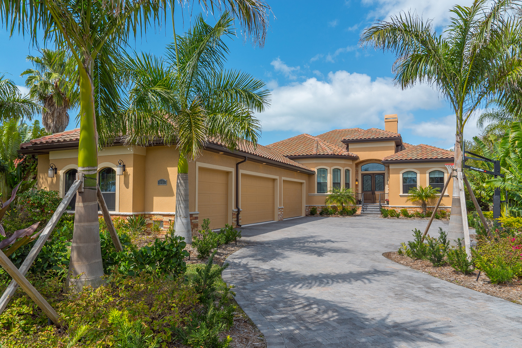 Single Family Home for Sale at CASEY KEY ESTATES 1050 Gulf Winds Way Nokomis, Florida, 34275 United States
