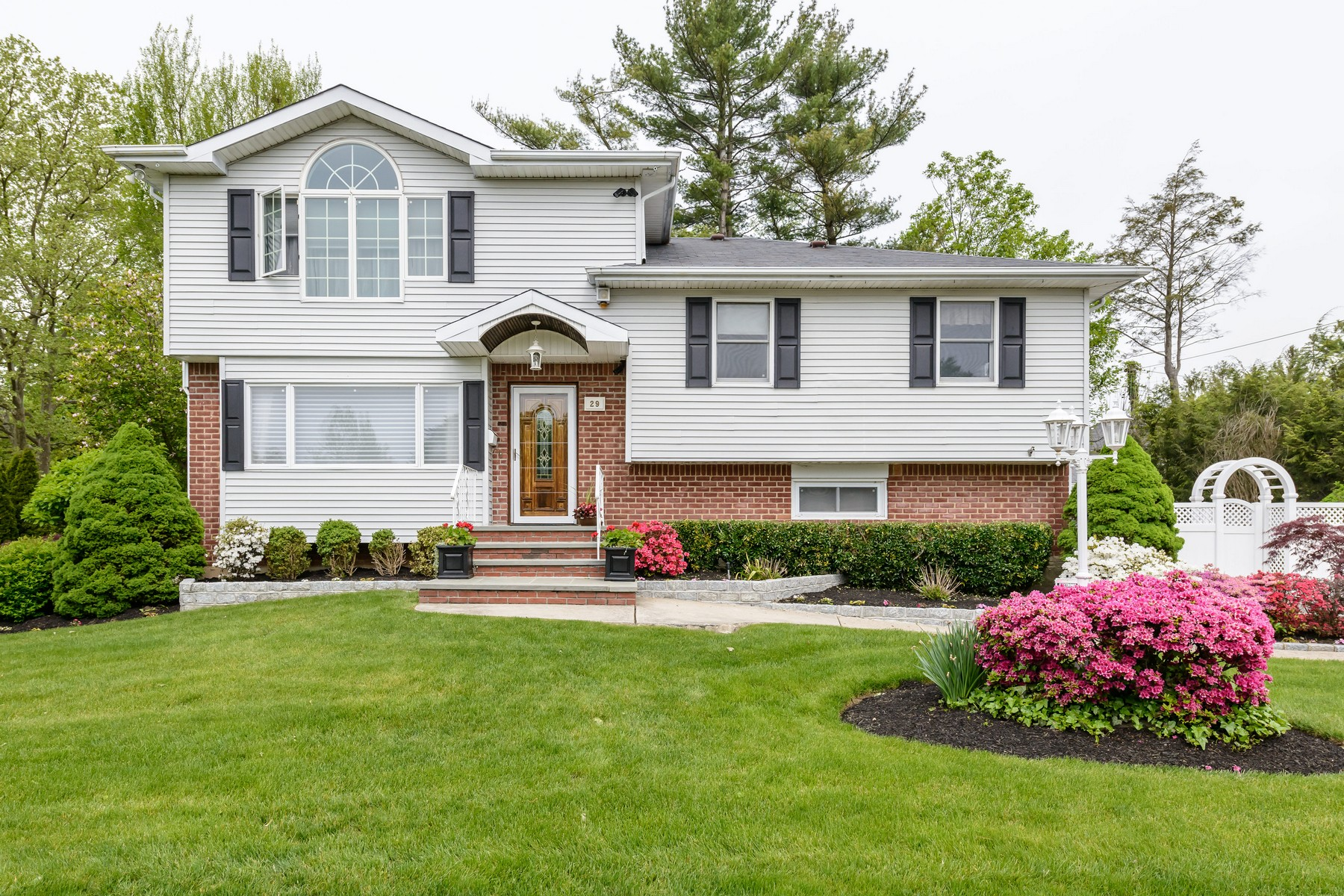 Single Family Home for Sale at Split 29 Azalea Dr Syosset, New York, 11791 United States