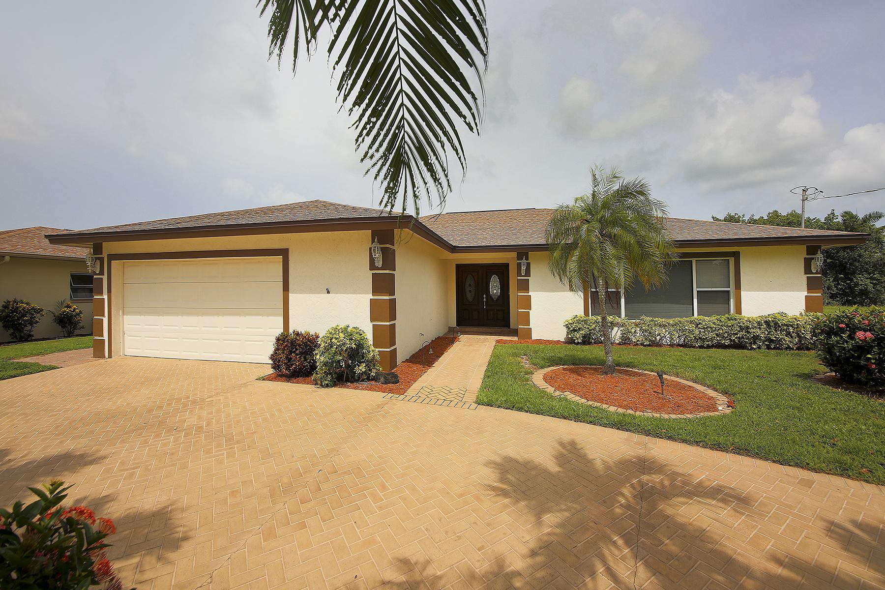 独户住宅 为 销售 在 ISLES OF CAPRI - GRENADA AVE 404 Grenada Ave Naples, 佛罗里达州 34113 美国