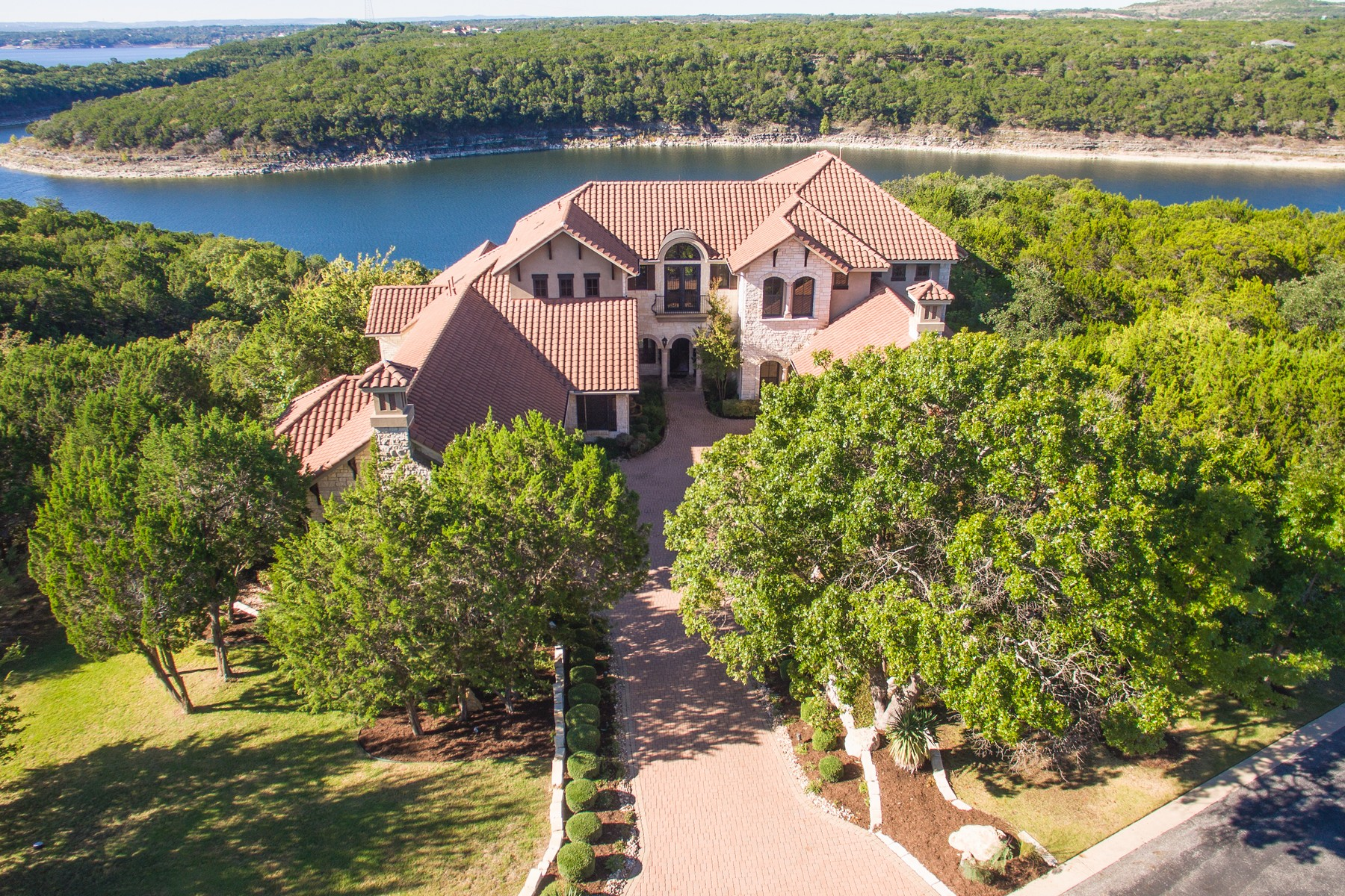 Casa Unifamiliar por un Venta en French Chateau on 3.425 Acres and Lake Travis 17911 Breakwater Dr Jonestown, Texas 78645 Estados Unidos