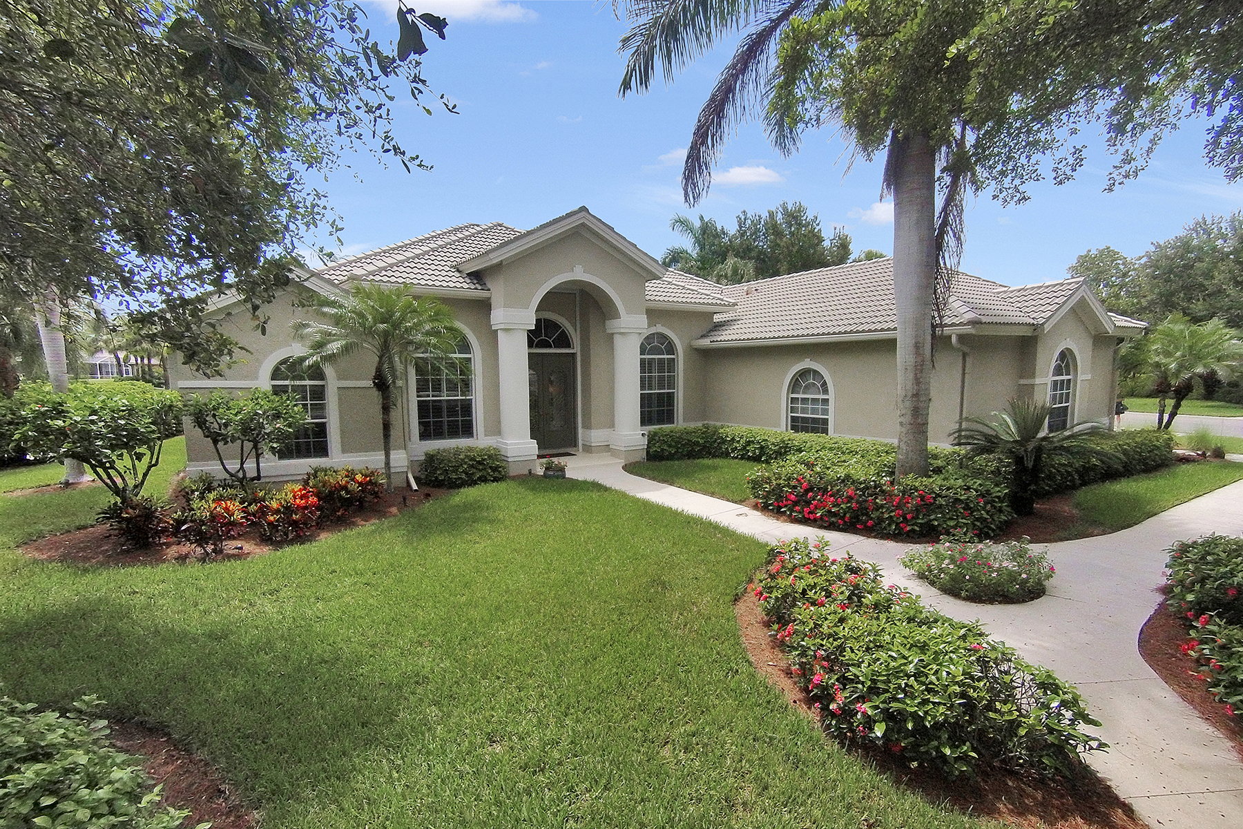 Частный односемейный дом для того Продажа на STONEBRIDGE - HAWTHRONE ESTATES 1876 Pondside Ln Naples, Флорида 34109 Соединенные Штаты