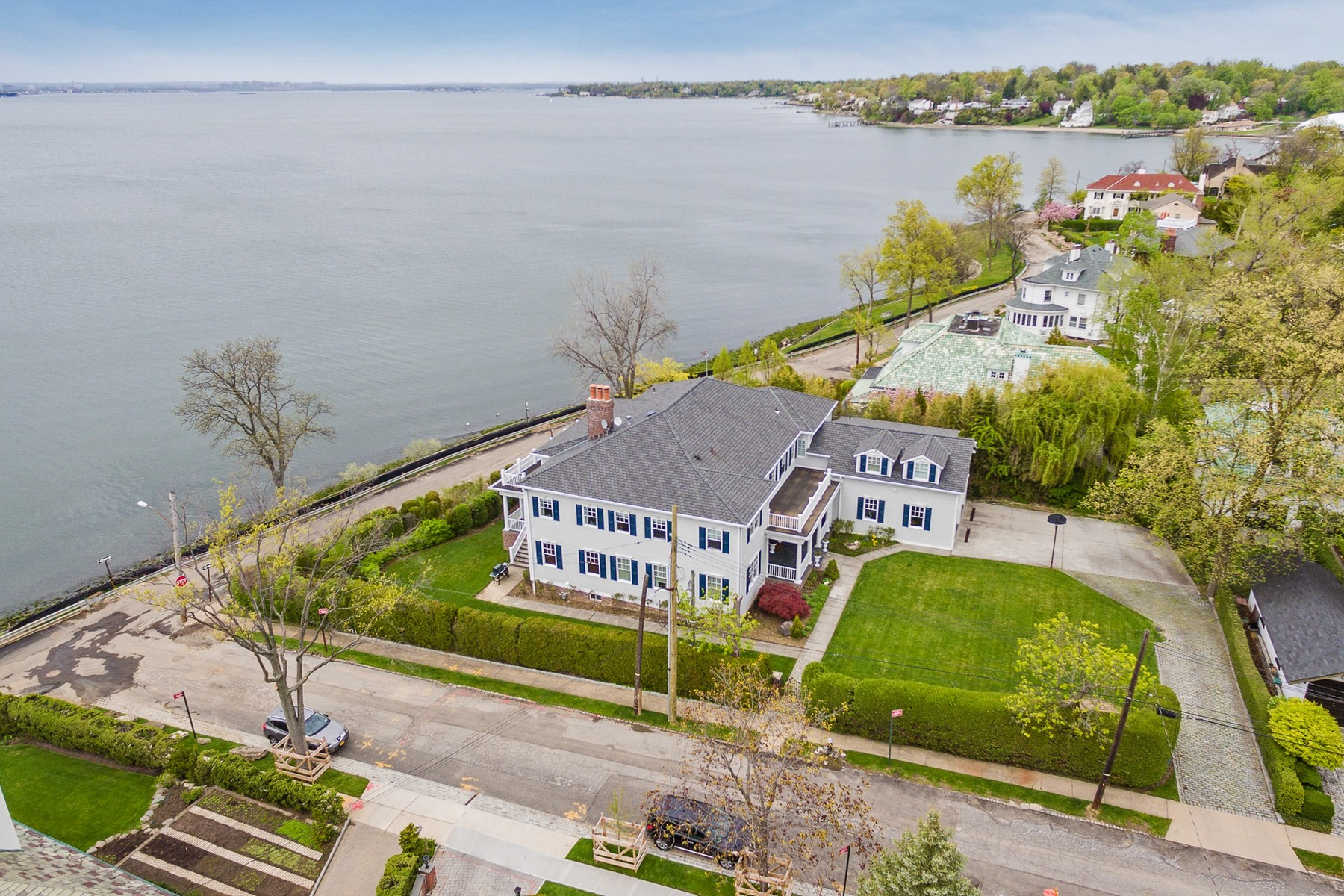 Maison unifamiliale pour l Vente à Waterfront 1 Richmond Rd Douglaston, New York, 11363 États-Unis