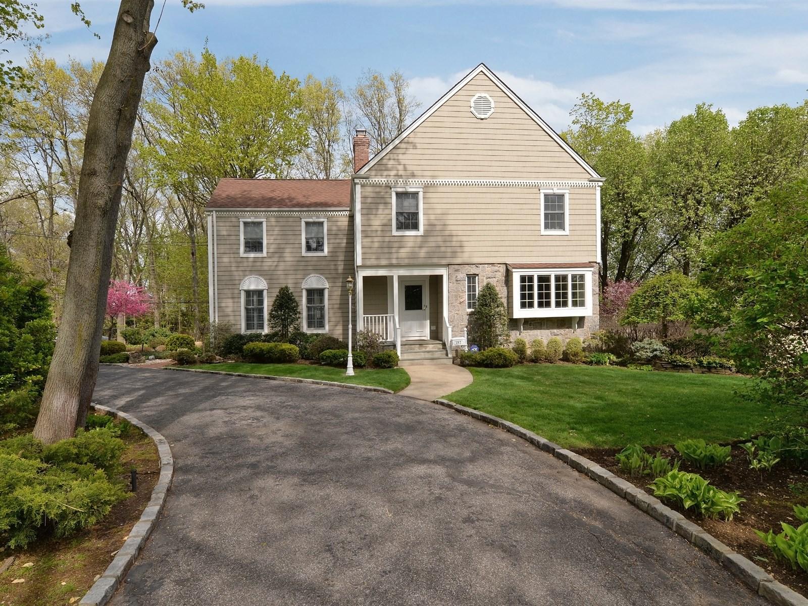 Nhà ở một gia đình vì Bán tại Colonial 193 Rockaway Ave Garden City, New York, 11530 Hoa Kỳ