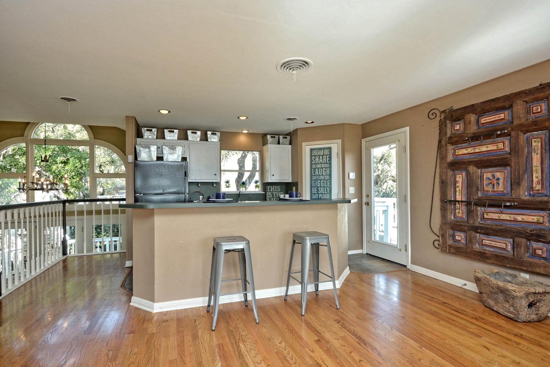 Additional photo for property listing at Hilltop Home Overlooking Lake LBJ 154 Skyline Dr Sunrise Beach, Texas 78643 Estados Unidos