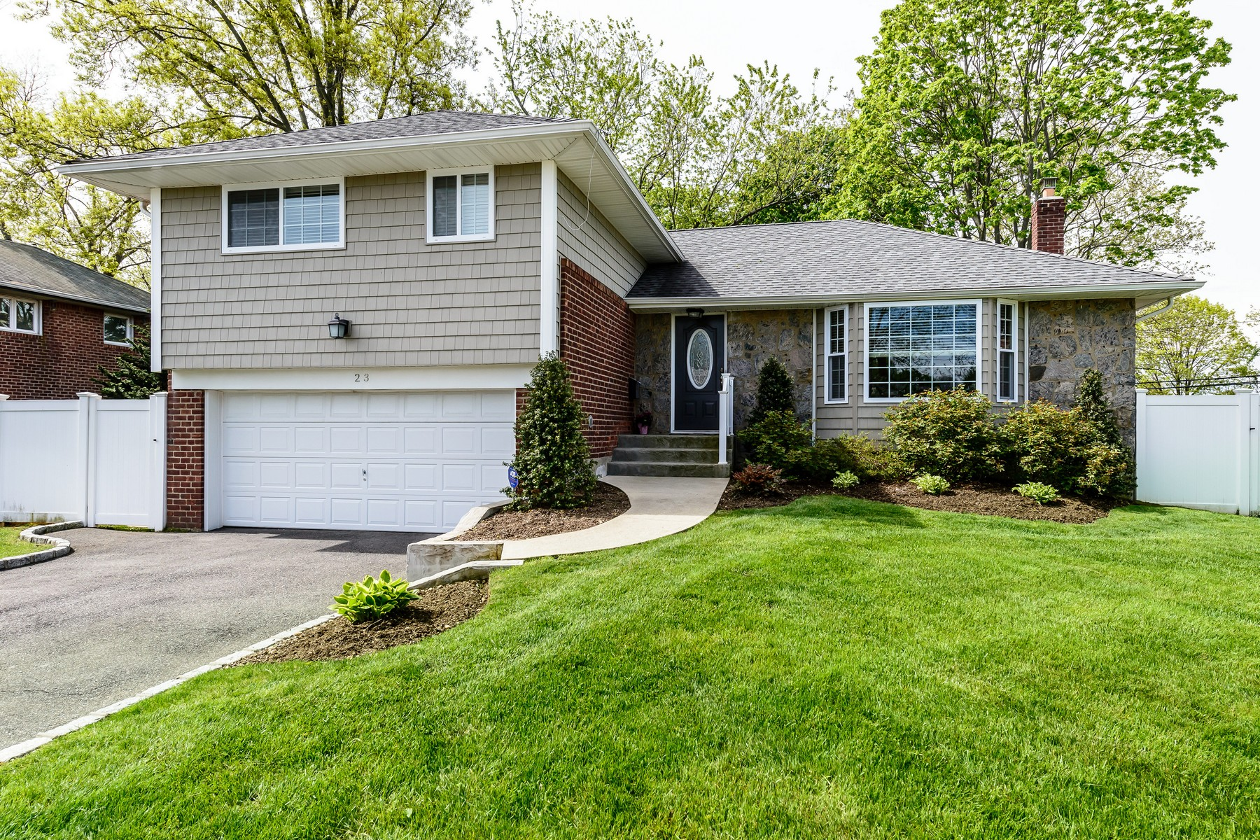 Single Family Home for Sale at Split 23 Market Dr Syosset, New York, 11791 United States
