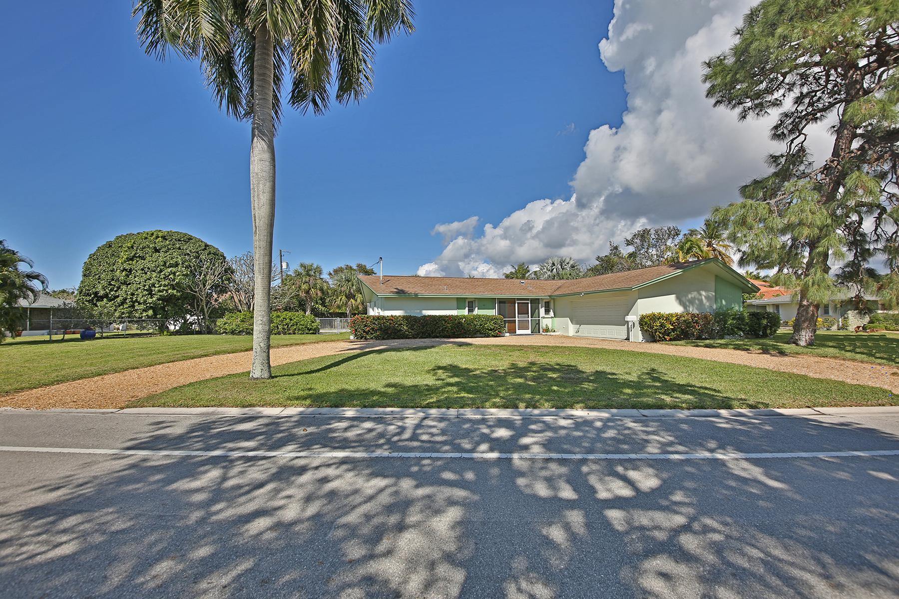 獨棟家庭住宅 為 出售 在 MOORINGS - MOORINGS 615 Harbour Dr Naples, 佛羅里達州, 34103 美國