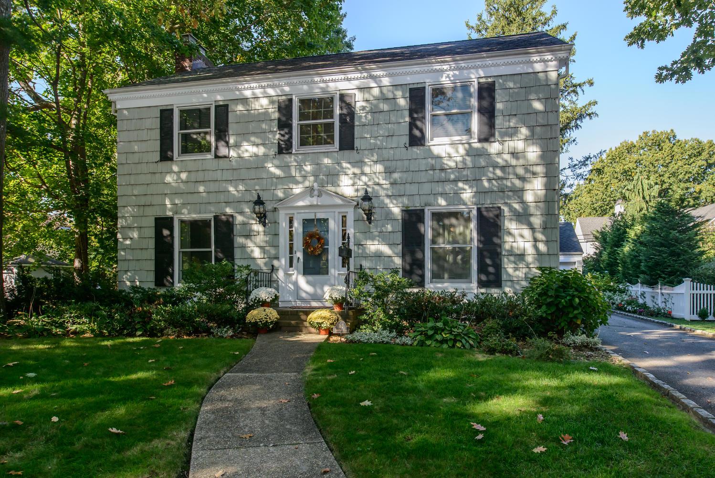 独户住宅 为 销售 在 Colonial 162 Brompton Rd 花园城, 纽约州 11530 美国