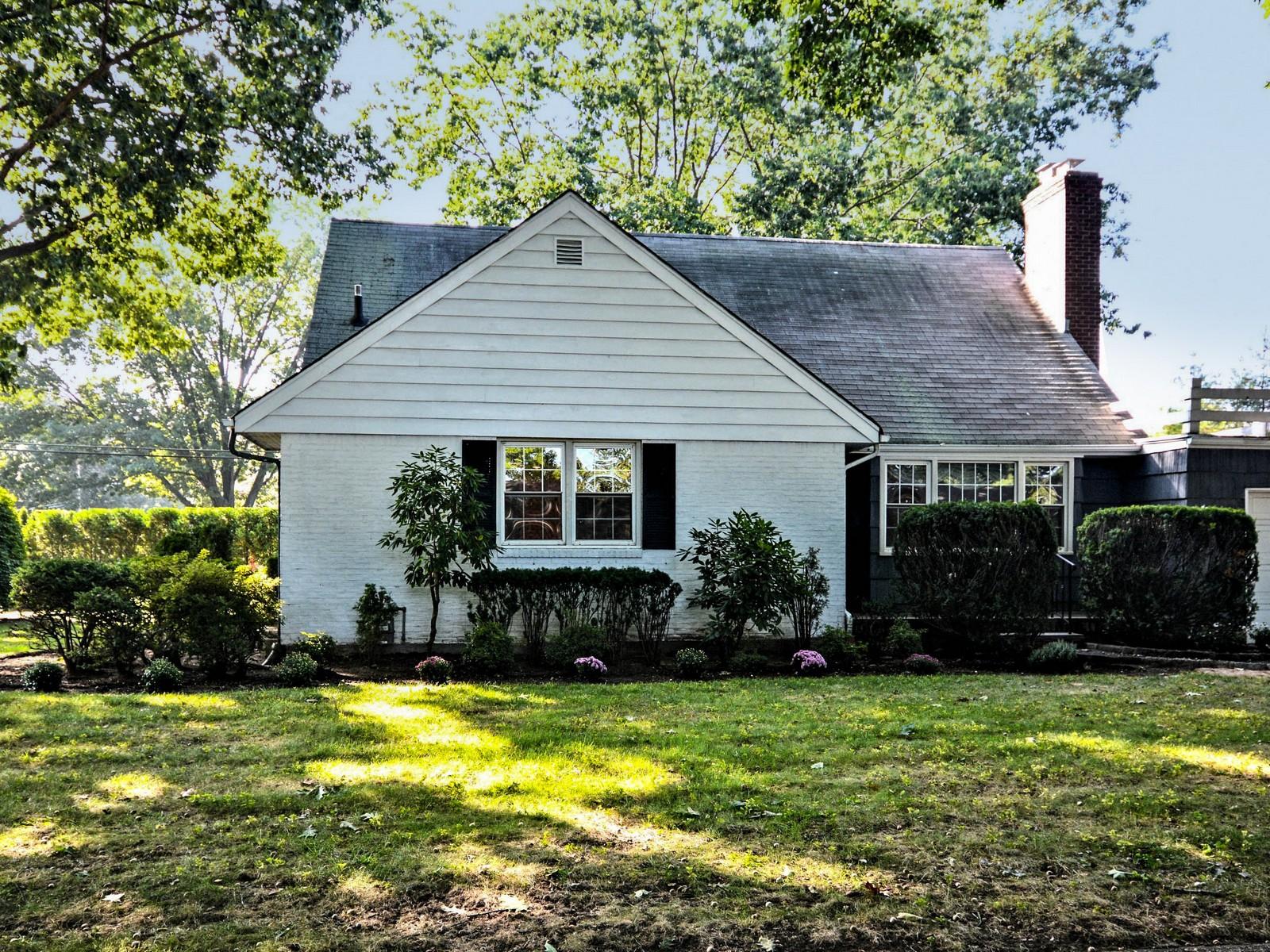 Nhà ở một gia đình vì Bán tại Lovely Expanded Cape 42 Dartmouth St Garden City, New York, 11530 Hoa Kỳ