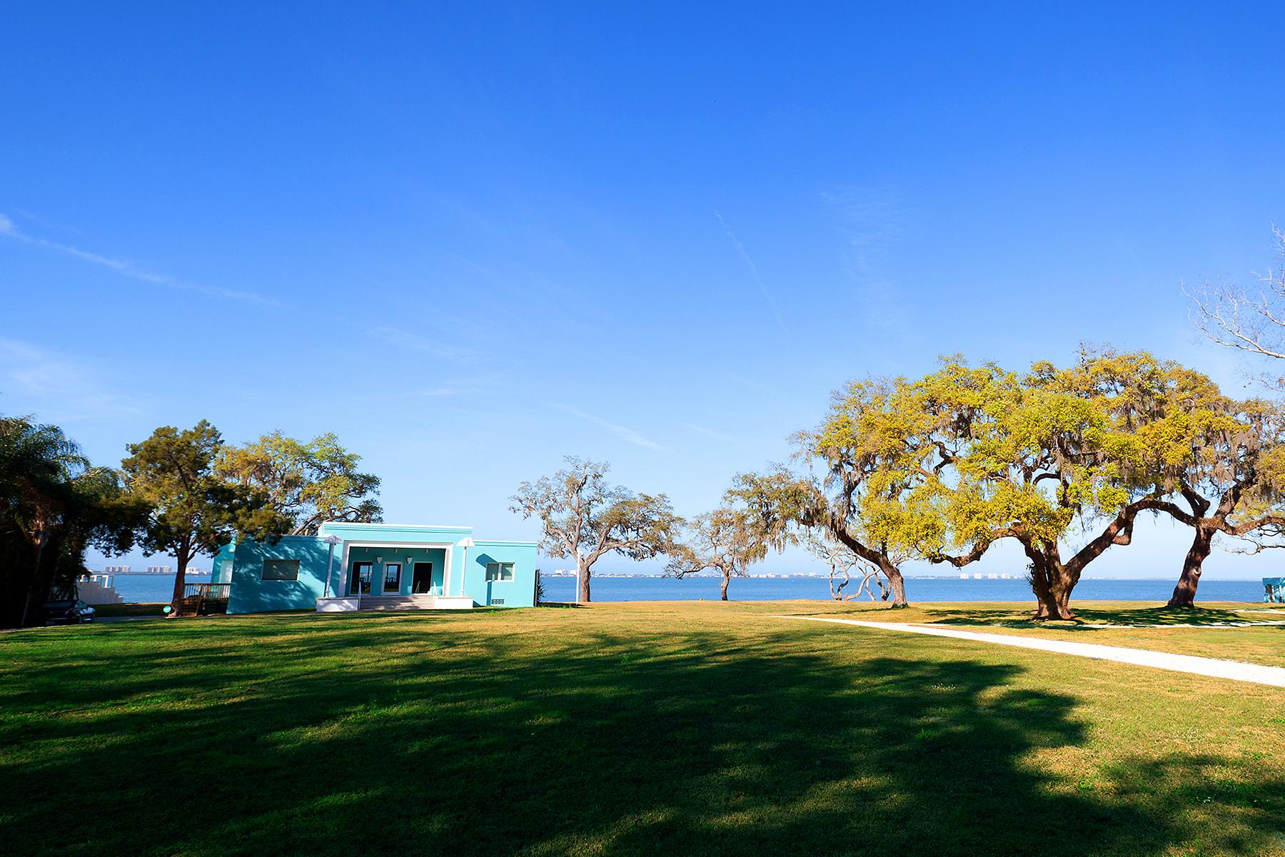 Casa para uma família para Venda às SARASOTA BAY PARK 916 Indian Beach Dr Sarasota, Florida 34234 Estados Unidos