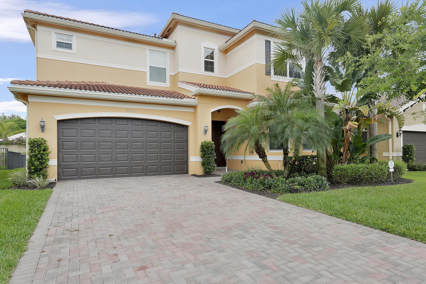 Частный односемейный дом для того Продажа на MARBELLA LAKES 6606 Marbella Dr Naples, Флорида, 34105 Соединенные Штаты
