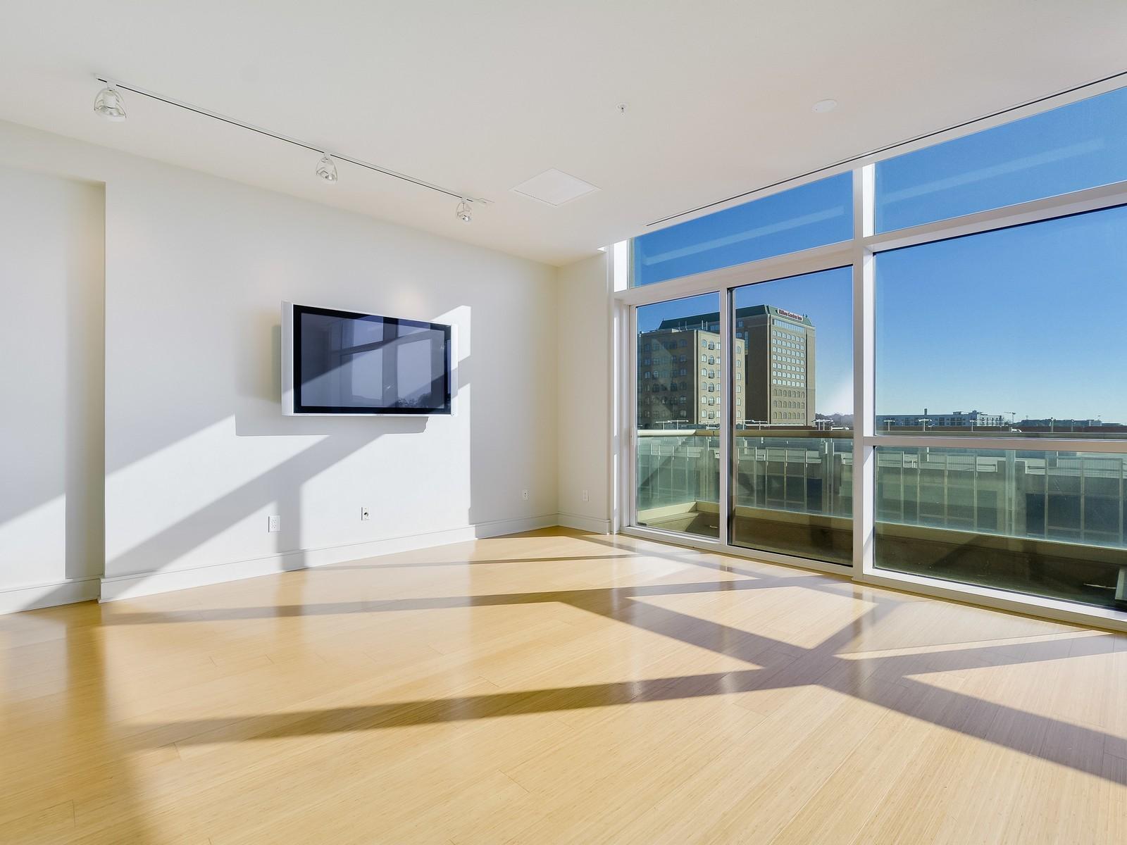Condominium for Sale at Sophisticated Condo with Premier Floorplan 555 E 5th 527 Austin, Texas 78701 United States