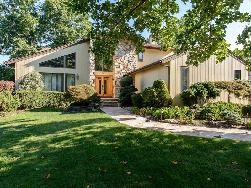 Casa para uma família para Venda às Colonial 16 Bristol Dr Manhasset, Nova York 11030 Estados Unidos
