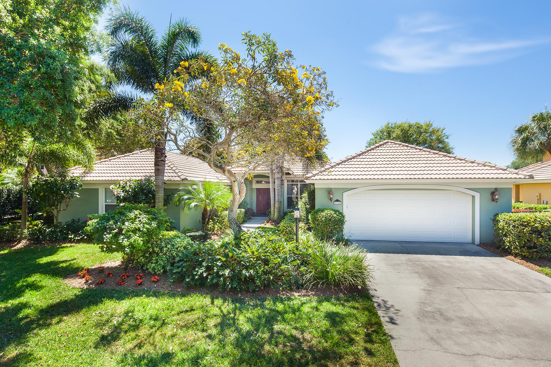 Casa para uma família para Venda às MONTEREY 8144 Las Palmas Way Naples, Florida 34109 Estados Unidos