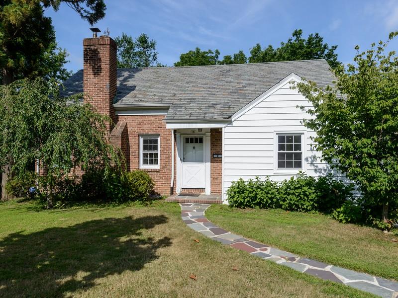 Casa para uma família para Venda às Cape 181 Mason Dr Manhasset, Nova York 11030 Estados Unidos
