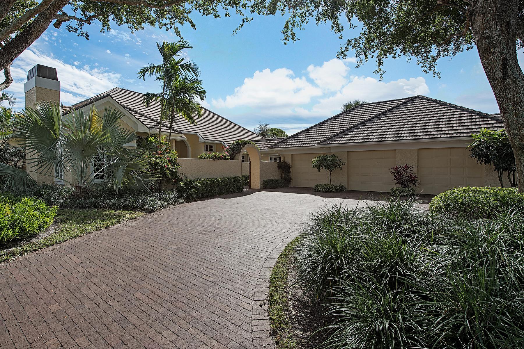 Casa para uma família para Venda às PELICAN BAY - BARRINGTON 792 Tramore Ln Naples, Florida, 34108 Estados Unidos