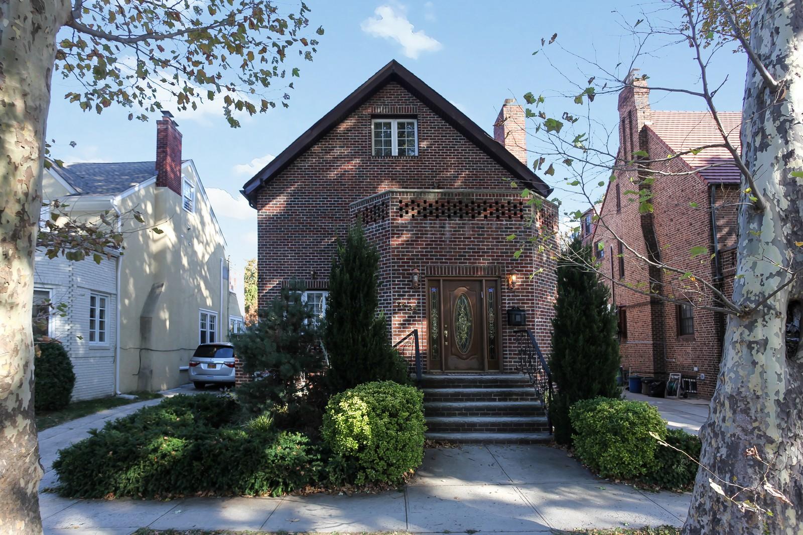 Maison unifamiliale pour l Vente à Tudor 71-35 Harrow St Forest Hills, New York 11375 États-Unis