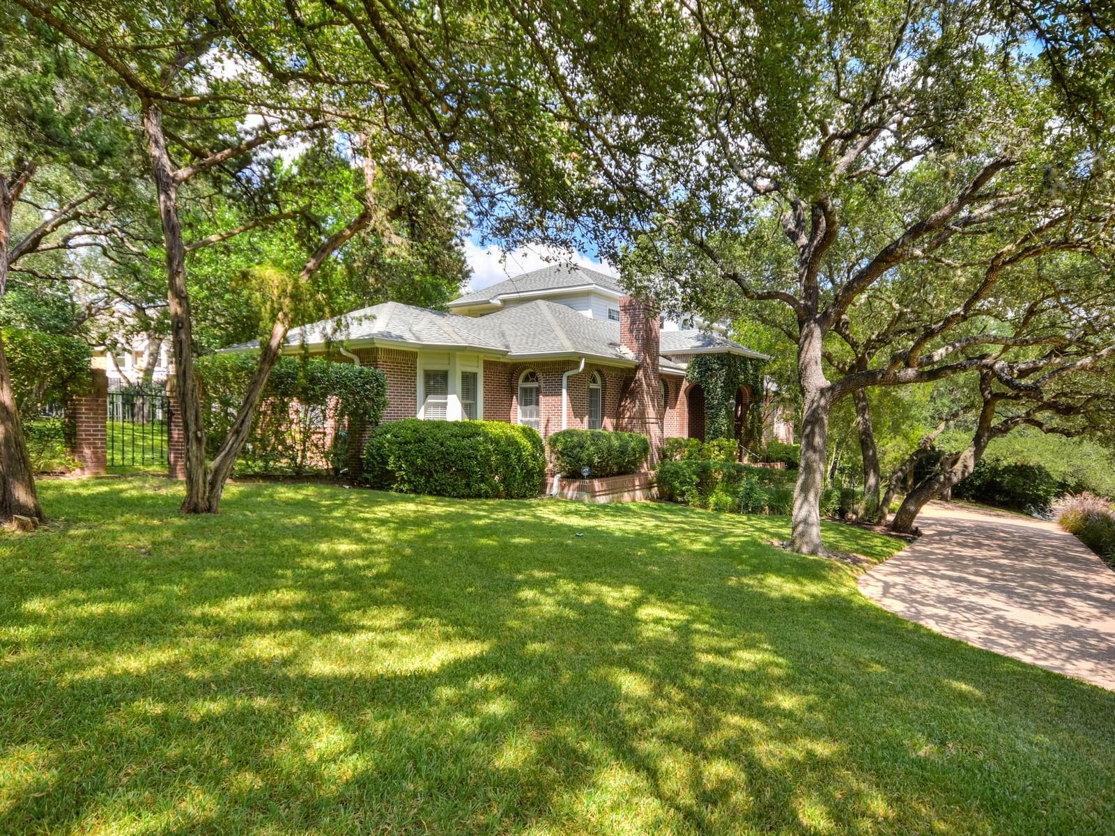 Maison unifamiliale pour l Vente à Traditional Westlake Hills Home 2400 Westlake Pass Austin, Texas, 78746 États-Unis