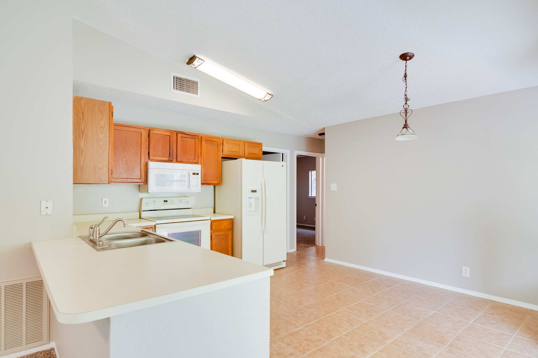Additional photo for property listing at Darling Townhome in Oxbow 6602 Pebble Spring San Antonio, Texas 78249 United States